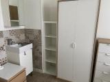 chambre 2, lavabo et placard